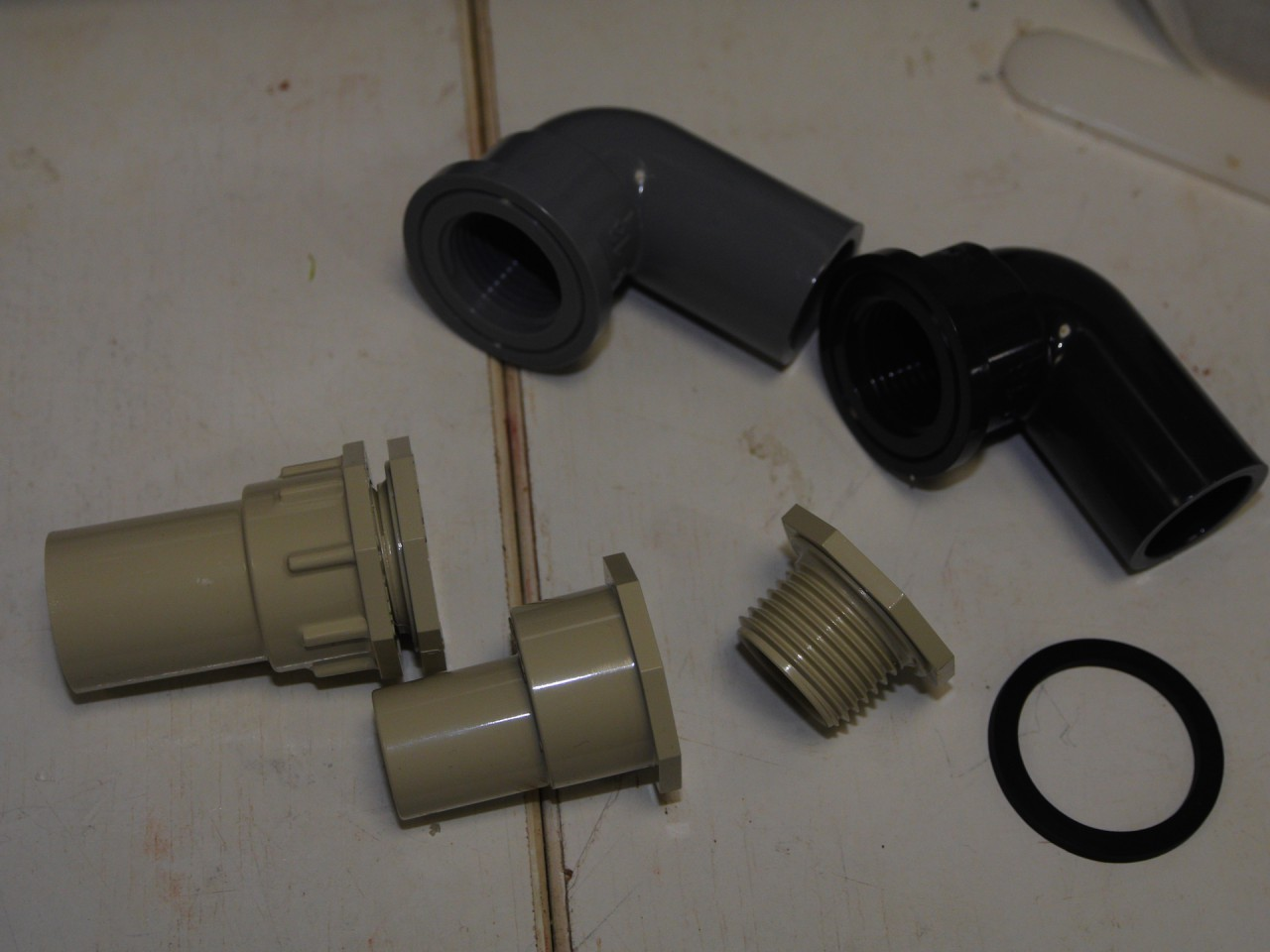 (写真は左下から2K-14S、2K-10S、防水パッキン K-22P、上のふたつはインサートなし給水栓用エルボ